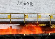 """Arcelormittal à suivre à la mi-séance à Paris. L'entreprise enregistre la plus forte hausse du CAC 40 (+3,05% à 6,569 euros). Société Générale a relevé son objectif de cours à 7,54 euros contre 4,5 euros précédemment avec une recommandation inchangée à """"achat"""". L'analyste estime que la société bénéficiera à moyen terme des mesures de protection tarifaires sur l'acier instaurées par les gouvernements européens et de la réduction du poids de sa dette. /Photo prise le 7 juillet 2016/REUTERS/François Lenoir"""