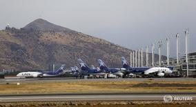 Aviones de LATAM Airlines en el aeropuerto de Santiago de Chile. 27 de enero de 2016.  El tráfico de pasajeros de LATAM Airlines, el mayor grupo aerocomercial de América Latina, disminuyó un 0,2 por ciento en octubre, presionado por un negativo desempeño de su negocio en Brasil que fue mitigado por sus operaciones de habla hispana y vuelos internacionales.. REUTERS/Ivan Alvarado/