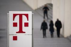 L'opérateur allemand Deutsche Telekom s'est retiré de l'appel d'offres pour l'hébergeur de sites web Host Europe Group, qui a été mis en vente par la société de capital-investissement Cinven, ont rapporté lundi deux personnes proches du dossier. /Photo d'archives/REUTERS/Wolfgang Rattay