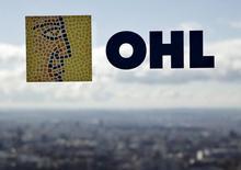 La constructora OHL anunció el lunes unos resultados a septiembre que mostraron una fuerte erosión de su capital circulante y unos datos operativos lastrados por el negativo efecto divisa. Imagen del logo de OHL en una ventana de la sede en Madrid, el 25 de febrero de 2016. REUTERS/Andrea Comas/File Photo
