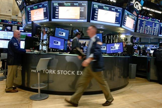 11月14日、米国株式市場は横ばい圏で引けた。ハイテク株が下げた一方、金融株などの買いが相場を支えた。ニューヨーク証券取引所で10日撮影(2016年 ロイター/Brendan McDermid)