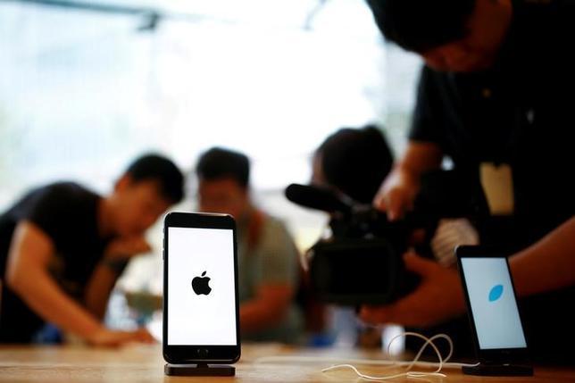 11月14日、米株式市場でアップル株が続落。トランプ次期大統領が公約通り、中国に対する新たな関税を導入すれば貿易摩擦が激化し、アップルが影響を受けるとの懸念が広がった。北京で9月撮影(2016年 ロイター/THOMAS PETER)