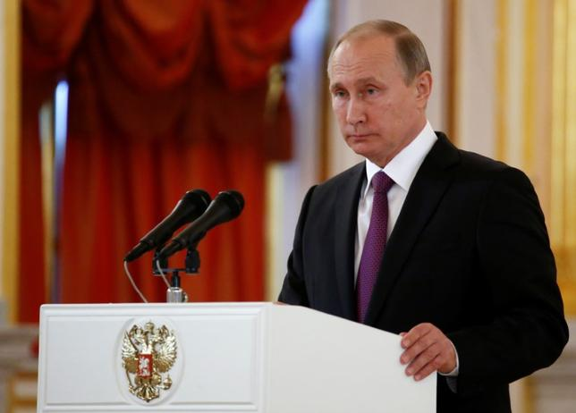 11月14日、プーチン大統領とトランプ次期米大統領が電話で会談し、「国際テロリズムや過激派との戦いなどにおいて建設的な協力関係」の構築を目指すことで合意した。モスクワで9日撮影(2016年 ロイター/Sergei Karpukhin)