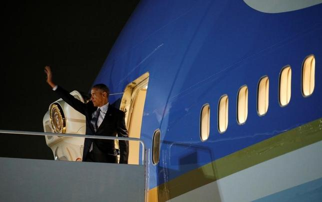 11月14日、オバマ米大統領は、今週の欧州・ペルー歴訪で最も重要な仕事は、次のトランプ政権下でも、米国が北大西洋条約機構(NATO)を含めた各国との戦略的関係に対する責務を果たすと同盟国に伝え、安心させることだと語った。写真はメリーランド州アンドルーズ空軍基地からギリシャ・アテネに旅立つオバマ大統領(2016年 ロイター/Kevin Lamarque)