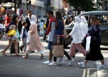 La inflación británica cayó inesperadamente el mes pasado pero los precios de salida de fábrica subieron al ritmo más rápido en años tras la caída de la libra, lo que hace prever precios más altos para los consumidores en el próximo año.  En la imagen de archivo, consumidores cruzando la calle Oxford en Londres.   REUTERS/Peter Nicholls