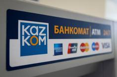 Логотип Казкоммерцбанка на банкомате в Алма-Ате 5 мая 2016 года. Два крупнейших банка в Казахстане, Казкоммерцбанк (ККБ) и Халык-Банк обсуждают слияние, что позволит создать банк с активами в размере $27 миллиардов сказали Рейтер два источника, знакомые с переговорами. REUTERS/Shamil Zhumatov