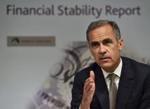 """El gobernador del Banco de Inglaterra, Mark Carney, en una rueda de prensa en Londres, jul 1, 2015. El gobernador del Banco de Inglaterra, Mark Carney, dijo el martes que las críticas de políticos a los bancos centrales, como los comentarios hechos por el presidente electo de Estados Unidos, Donald Trump, contra la Reserva Federal, constituyen una estrategia para """"desviar responsabilidades"""".   REUTERS/Ben Stansall/pool     - RTX1IL7C"""