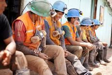 Imagen de archivo de unos mineros realizando una pausa en sus faenas a las afueras de un túnel cerca de Relave, Perú, feb 20, 2014. La economía peruana creció un 4,13 por ciento interanual en septiembre, por encima de lo esperado por analistas, ante el continuo soporte del sector minero que fue atenuado por una caída del sector construcción, dijo el martes el Gobierno.  REUTERS/ Enrique Castro-Mendivil