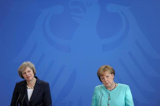 11月15日、ドイツのメルケル首相はEUにおける人の移動の自由について、適用範囲を議論する用意があると示唆した。英国のEU離脱交渉をめぐり、この問題で交渉の余地がある可能性を示した。メイ英首相(左)とメルケル首相、ベルリンで7月撮影(2016年 ロイター/Stefanie Loos)