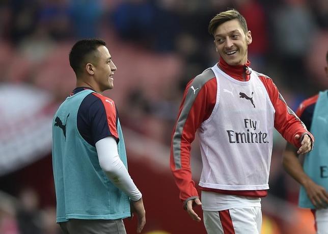 11月15日、サッカーの元フランス代表で、アーセナルでプレーしたロベール・ピレス氏は、同クラブに所属するドイツ代表MFメスト・エジル(右)について、デニス・ベルカンプ氏と同等の強い影響力があると賞賛した。アーセナルのエミレーツ・スタジアムで先月撮影(2016年 ロイター)