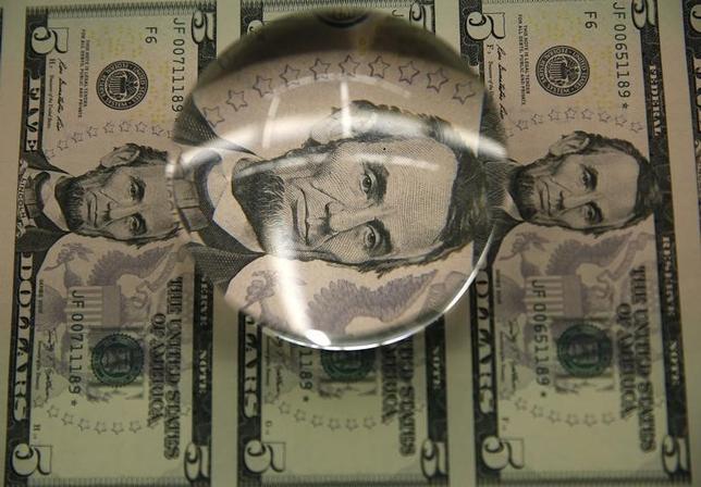 11月15日、正午のドル/円は、前日ニューヨーク市場午後5時時点と比べ、若干ドル安/円高の109.02/04円だった。写真はワシントンで昨年3月撮影(2016年 ロイター/Gary Cameron)