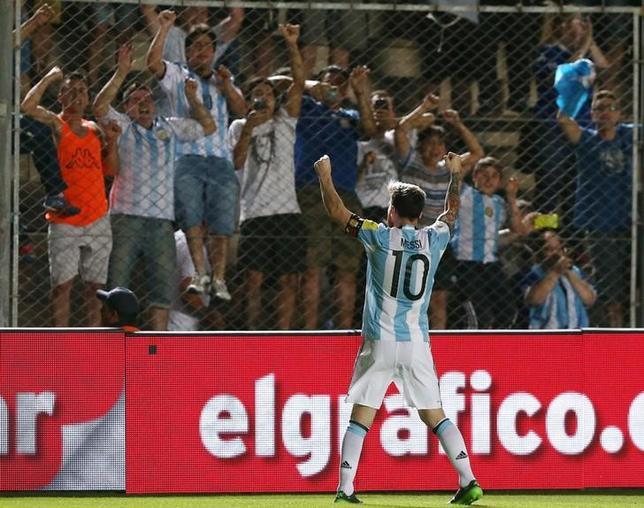 11月15日、サッカーの2018年W杯ロシア大会南米予選、アルゼンチンはコロンビアに3─0で勝利を収め、勝ち点19で5位に浮上。写真は全得点に絡んだリオネル・メッシ(2016年 ロイター/Enrique Marcarian)