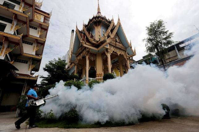 11月16日、タイ保健省の報道官は、同国で先週、新たに33件のジカ熱感染が確認されたと発表した。当局は、妊婦などリスクの高いグループに対する検査を強化するとしている。写真は燻蒸の様子。バンコクで9月撮影(2016年 ロイター/Chaiwat Subprasom)