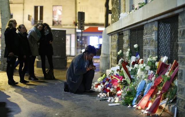 11月16日、国際的なシンクタンクである経済平和研究所(IEP)は、テロによる死者が昨年、世界全体では10%減少したが、経済協力開発機構(OECD)加盟国では650%増加したとの報告書を発表。写真は13日、130人が犠牲となった同時攻撃から1年を迎えたパリで、現場に置かれた死者を追悼する花束(2016年 ロイター/Gonzalo Fuentes)