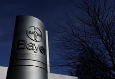 El grupo químico y farmacéutico Bayer va a colocar 4.000 millones de euros en bonos convertibles para ayudar a financiar la oferta de adquisición de la empresa estadounidense de semillas Monsanto. En la imagen de archivo, el logo de Bayer en una planta de producción en Wuppertal, Alemania. REUTERS/Ina Fassbender/File Photo