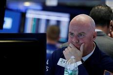 El operador John O'hara trabajando en la bolsa de Wall Street en Nueva York, nov 3, 2016. Una pausa en el repunte del dólar, visto tras la victoria de Donald Trump en las elecciones presidenciales de Estados Unidos, ayudaba a estabilizar a las bolsas de Asia en la sesión del miércoles. REUTERS/Brendan McDermid