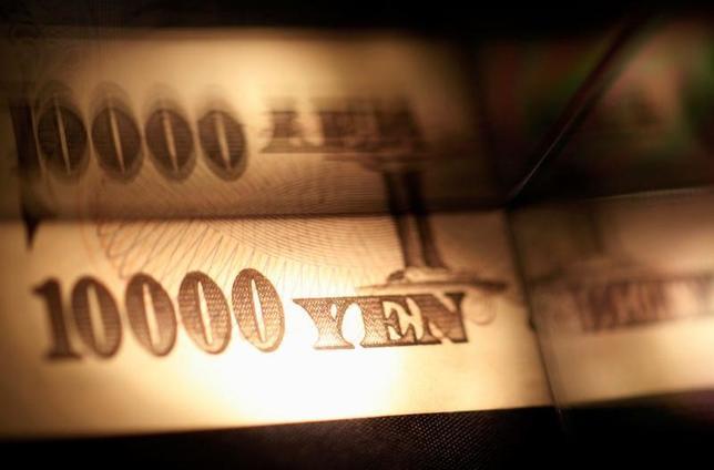 11月16日、円債市場で、中短期金利が急上昇した。トランプ氏が勝利した米大統領選後に進む円安・株高を受けて、日銀の追加緩和観測が大きく後退し、過剰なリスクを落とす動きが加速した。2013年2月撮影(2016年 ロイター/Shohei Miyano/Illustration/File Photo)