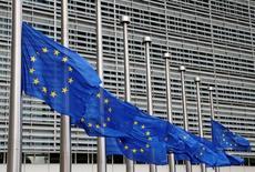 En la imagen, banderas de la Unión Europea  delante de la sede de la Comisión Europea en Bruselas, Bélgica, el 15 de julio de 2016. La zona euro en su conjunto necesita relajar su política fiscal el próximo año y hacerla moderadamente expansiva para impulsar una lenta recuperación económica, dijo el miércoles la Comisión Europea. REUTERS/Francois Lenoir
