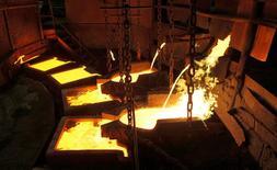 Cobre liquido es visto en la planta de Nickel en Norilsk, Rusia, 16 de Abril, 2010.La demanda de cobre de China podría incrementarse el próximo año en la medida que el país aumenta su inversión en infraestructura e implementa reformas sobre la oferta, dijo el miércoles Xiaoyu Gao, presidente de la Minmetals Non-Ferrous Metals Co. REUTERS/Ilya Naymushin/File Photo - RTSEGQJ