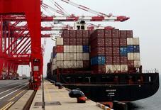 Un barco carguero en el terminal portuario de Hanjin en Incheon, Corea del Sur, sep 7, 2016. Corea del Sur y seis países de América Central han alcanzado un acuerdo de libre comercio que eliminará aranceles a más de un 95 por ciento de las exportaciones provenientes del país asiático, incluyendo autos, acero y textiles, informó el jueves el Ministerio de Comercio de Seúl.   REUTERS/Kim Hong-Ji/File Photo