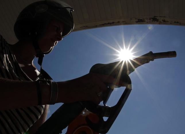11月16日、OPEC当局者が減産実現へ詰めの協議を行っている。写真はニースのガソリンスタンドで2012年8月撮影(2016年 ロイター/Eric Gaillard)