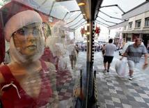 Pessoas caminham em frente a loja em rua de comércio popular no centro de São Paulo  4/12/ 2014.   REUTERS/Paulo Whitaker