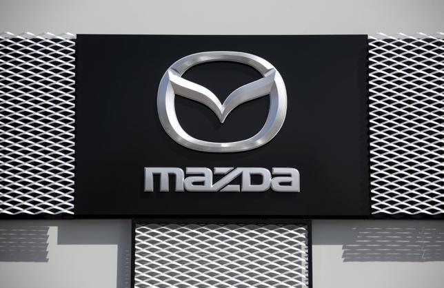 11月17日、マツダの小飼社長は、来年後半に米国ディーゼル車市場に初参入するとともに、2019年に電気自動車、早ければ21年にプラグインハイブリッド車を導入すると明らかにした。仏ニースで3月撮影(2016年 ロイター/Eric Gaillard)