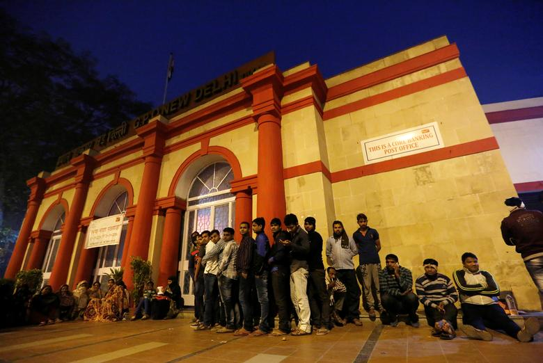 People queue as they wait for the post-office to open to exchange their old high denomination bank notes in the early hours, in New Delhi, India, November 16, 2016. REUTERS/Adnan Abidi