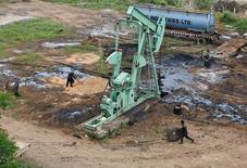 Станок-качалка на нефтяном месторождении индийской компании ONGC в Ахмедабаде. 8 сентября 2016 года. Нефтяные фьючерсы упали в цене в четверг после выхода доклада Управления энергетической информации (EIA) США, свидетельствующего о большем, чем ожидалось, росте запасов. REUTERS/Amit Dave