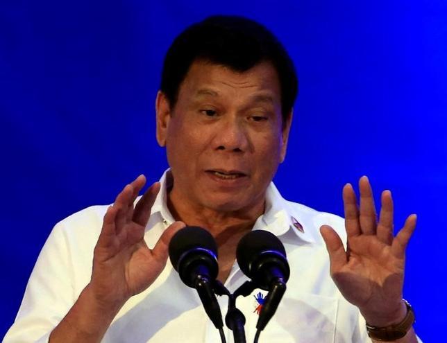 11月17日、フィリピンのドゥテルテ大統領は、自身が主導する麻薬犯罪撲滅作戦の手法に対する欧米諸国からの批判について、国際刑事裁判所(ICC)設立条約への署名を撤回して加盟を取りやめたロシアの後に続く可能性があると述べた。写真はマニラで14日撮影(2016年 ロイター/Romeo Ranoco)