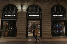 LVMH à suivre jeudi à Paris. Le groupe a fait savoir mercredi qu'il lançait un programme de rachat d'actions de 300 millions d'euros. /Photo prise le 4 octobre 2016/REUTERS/Régis Duvignau