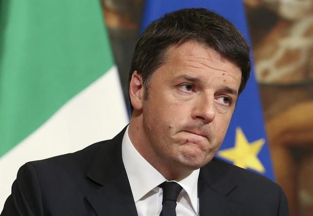11月16日、イタリアのレンツィ首相(写真)は、12月4日の国民投票で憲法改正が否決された場合、暫定政府には加わらないと表明した。3月撮影(2016年 ロイター/Stefano Rellandini/File Photo)