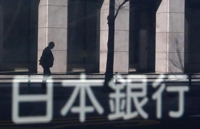 11月17日、日銀は、市場の意表を衝いて「指し値オペ」を初めて実施した。米国債利回りの急上昇の影響が日本国債にも波及。日銀が貸出との関連で重視している2─5年ゾーンの金利が目立って上昇したためだ。写真は日銀の看板、2014年1月撮影(2016年 ロイター/Yuya Shino)