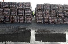 Un guardia de seguridad revisando un cargamento de cobre listo en el puerto chileno de Valparaíso, jun 29, 2009. El cobre alcanzó un punto de inflexión cíclico en el 2016 y para el año próximo se espera una desaceleración en el crecimiento de la oferta, junto con un alza en los precios probablemente apoyada por una frágil pero amplia recuperación de la economía china, dijeron el jueves distintos administradores de fondos.  REUTERS/Eliseo Fernandez/File Photo