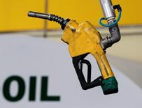 Заправочный пистолет на автозаправке в Сеуле 27 июня 2011 года. Цены на нефть выросли в четверг, так как ожидания заключения соглашения ОПЕК об ограничении объёмов добычи отодвинули на второй план растущие опасения относительно сохранения перенасыщения мирового рынка. REUTERS/Jo Yong-Hak/File Photo