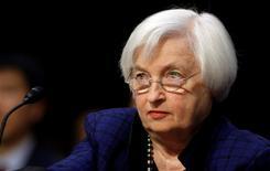 """La Réserve fédérale pourrait relever ses taux d'intérêt """"assez vite"""", a déclaré jeudi Janet Yellen, pendant son audition par une commission du Congrès américain, alors que la hausse des mises en chantier de logements et une légère accélération de l'inflation ont conforté son évaluation plutôt optimiste de la situation de l'économie américaine. /Photo prise le 17 novembre 2016/REUTERS/Gary Cameron"""