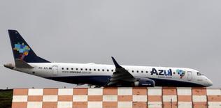 Avião da Azul se prepara para decolar no aeroporto de Congonhas, em São Paulo, Brasil 24/11/2015 REUTERS/Paulo Whitaker