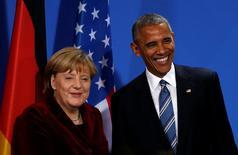 El presidente estadounidense, Barack Obama, y la canciller alemana, Angela Merkel, remarcaron el jueves la importancia de seguir con las negociaciones para el libre comercio entre Estados Unidos y Europa.  En la imagen, Merkel (izq) y Obama (dcha) al término de una rueda de prensa conjunta en Berlín, el 17 de noviembre de 2016. REUTERS/Kevin Lamarque