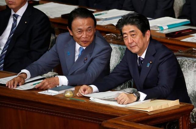 11月18日、麻生財務相は、安倍首相とトランプ氏の会談について「予定より伸びたのは波長が合ったからではないか」と述べた。国会で9月撮影(2016年 ロイター/Kim Kyung-Hoon)