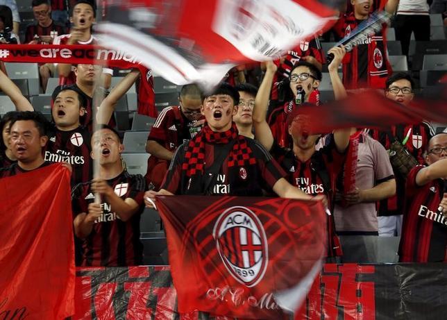 11月17日、サッカーのイタリア・セリエA、ACミランの買収交渉をしている中国の投資グループは12月13日までに契約を締結する予定だと発表した。写真は中国のミランファン。2015年7月撮影(2016年 ロイター/Bobby Yip)