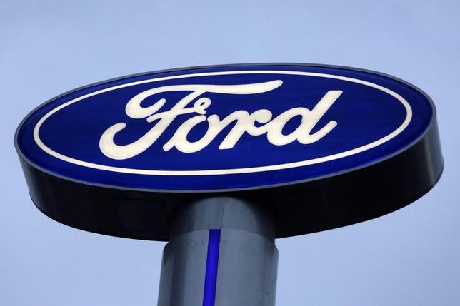 11月17日、トランプ次期米大統領は、米自動車大手、フォード・モーターのビル・フォード会長から米ケンタッキー工場の生産はメキシコに移転しないとの決定について報告を受けたと明らかにした。写真は同社ロゴは、メキシコのモンテレーで9日撮影(2016年 ロイター/Daniel Becerril)