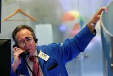 Трейдер на торгах Нью-Йоркской фондовой биржи 16 ноября 2016 года. Индекс S&P 500 почти достиг рекордно высокого значения в четверг благодаря банковскому сектору, который вырос благодаря перспективам повышения ставки ФРС и потребительскому сектору, поддержанному экономическими данными и отчётностью. REUTERS/Brendan McDermid
