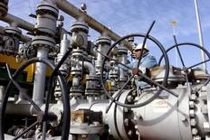 Irak tendría que compensar a las multinacionales petroleras por limitar su producción, de acuerdo con fuentes del sector y documentos vistos por Reuters, lo cual reduce las expectativas de que se una a un acuerdo de la Organización de Países Exportadores de Petróleo (OPEP) para reducir la producción de crudo de este grupo de países. En la imagen de archivo, un trabajadores comprueba las válvulas de la refinería de Al-Sheiba, en la ciudad iraquí de Basra. 26 de enero de 2016. REUTERS/Essam Al-Sudani/File Photo
