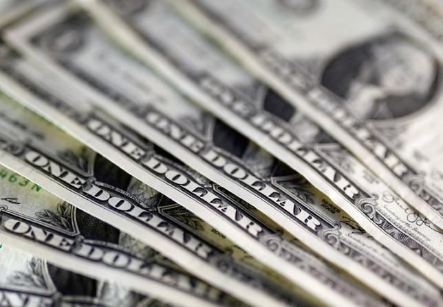 11月18日、NY市場はドルが主要通貨バスケットに対し2003年4月以来の水準に上昇するなどした。写真はドル紙幣。7日撮影(2016年 ロイター/Dado Ruvic/Illustration)