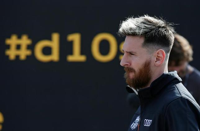 11月18日、サッカーのスペイン1部、バルセロナのルイスエンリケ監督は、世界年間最優秀選手選出5回のリオネル・メッシ(写真)がクラブと新契約を結ぶと確信していると述べた。バルセロナで10月撮影(2016年 ロイター/Albert Gea)