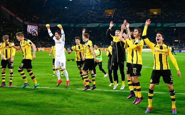 11月19日、サッカーのドイツ1部ブンデスリーガ、香川真司が所属するドルトムントはバイエルン・ミュンヘンを1─0で下した。写真は勝利を喜ぶドルトムントの選手たち(2016年 ロイター/Wolfgang Rattay)