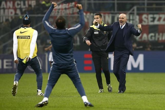 11月20日、サッカーのイタリア・セリエA、ACミラン─インテルは2─2の引き分けに終わった。インテルの長友佑都は後半20分から途中出場、ACミランの本田圭佑はベンチ入りしたものの出番はなかった。写真は終了間際の同点ゴールを喜ぶインテルのステファノ・ピオリ新監督(右)ら(2016年 ロイター/Alessandro Garofalo)