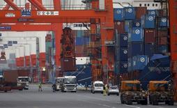 Les exportations ont baissé de 10,3% au Japon en octobre, par rapport à octobre 2015. C'est le 13ème mois consécutif de baisse des exportations. /Photo d'archives/REUTERS/Toru Hanai