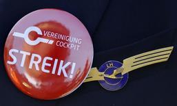 Le syndicat des pilotes de ligne de Lufthansa, Vereinigung Cockpit (VC), a appelé lundi à une grève de 24 heures mercredi dans le cadre du conflit sur les salaires avec la direction de la compagnie aérienne allemande. /Photo d'archives/REUTERS/Kai Pfaffenbach