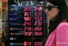 Una mujer pasa frente a una casa de cambios en Rio de Janeiro, Brasil. 9 de noviembre de 2016. El Gobierno de Brasil recortó su previsión de crecimiento económico para 2017 a un 1 por ciento desde un 1,6 por ciento, haciéndose eco del pesimismo reciente del mercado en momentos en que el país intenta salir de su peor recesión en al menos ocho décadas. REUTERS/Sergio Moraes